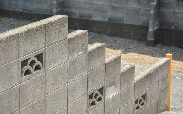 そのブロック塀を解体するとしたら…解体の流れと費用、そして境界線について。